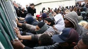 Migranter bryter ned gjerdet til fergeterminalen i Clalais