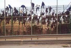 Migranter stormer det spanske gjerdet i Melilla (Nordafrika)
